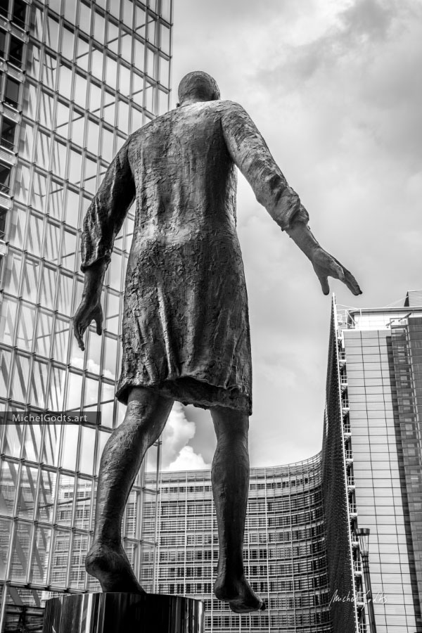 Stepping Forward EU :: Black and white statue photography - Artwork © Michel Godts